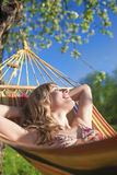 Portret van Glimlachende Kaukasische Blonde Dame Resting in Heuveltje Duri Stock Fotografie