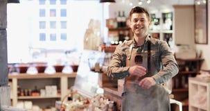 Portret van glimlachende mannelijke eigenaar van delicatessenwinkel stock video