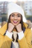 Portret van glimlachende mooie Latijnse vrouw met de winterkleding royalty-vrije stock foto's