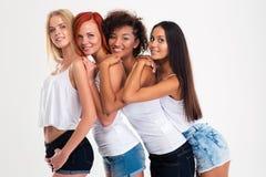 Portret van glimlachende multi etnische vrouwelijke vrienden stock afbeeldingen