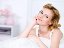 Portret van glimlachende ontspannende vrouw royalty-vrije stock foto