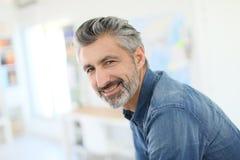 Portret van glimlachende rijpe leraar Stock Foto