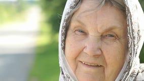 Portret van glimlachende rijpe oude vrouw Close-up stock footage