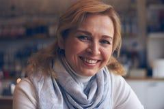 Portret van glimlachende rijpe vrouw Royalty-vrije Stock Foto's