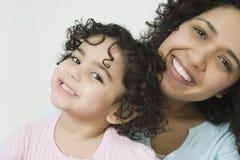 Portret van glimlachende Spaanse het behoren tot een bepaald rasmoeder en Stock Afbeelding