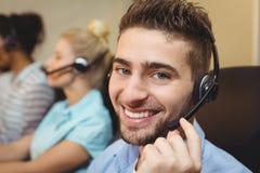 Portret van glimlachende stafmedewerker in call centre Stock Foto