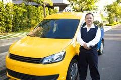 Portret van glimlachende taxibestuurder met auto Royalty-vrije Stock Afbeeldingen
