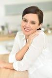 Portret van glimlachende vrouw Stock Foto's