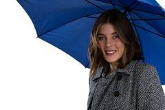 Portret van glimlachende vrouw met blauwe paraplu Stock Afbeelding