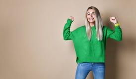 Portret van Glimlachende vrouw met de Vuisten omhoog tegen de naakte Achtergrond van A stock afbeeldingen