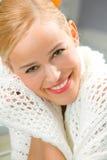 Portret van glimlachende vrouw thuis royalty-vrije stock afbeelding