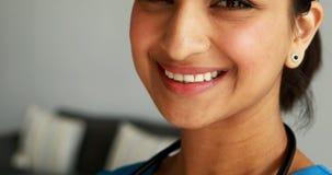 Portret van glimlachende vrouwelijke arts stock footage