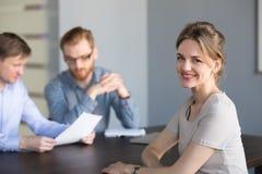 Portret van glimlachende vrouwelijke baankandidaat of partner stock afbeelding