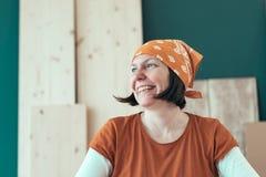Portret van glimlachende vrouwelijke timmerman die headscarf bandana dragen royalty-vrije stock foto's