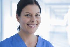 Portret van glimlachende vrouwelijke verpleegster in het ziekenhuis, Peking, China royalty-vrije stock foto's
