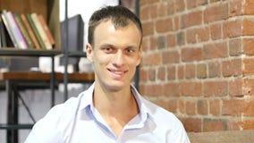 Portret van glimlachende zekere succesvolle zakenman in creatieve het werkruimte stock footage