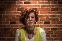 Portret van goed-lookin-goedmeisje met gember krullende haar en sproeten stock foto