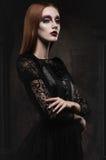 Portret van gotisch meisje met zwarte ogen stock afbeelding