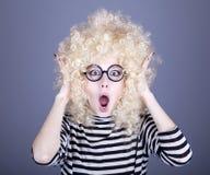 Portret van grappig meisje in blonde pruik. Stock Afbeelding