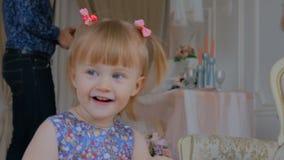 Portret van grappig meisje thuis stock footage