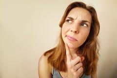 Portret van Grappig meisje in twijfel over iets stock afbeelding