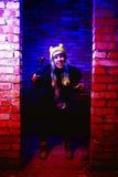 Portret van grappig zombiemeisje in Halloween-tijd met hamer Stock Fotografie
