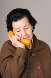 Portret van grootmoeder het oude vrouw spreken op Stock Foto