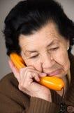 Portret van grootmoeder het oude vrouw spreken op Stock Foto's