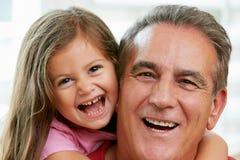 Portret van Grootvader met Kleindochter Stock Afbeelding