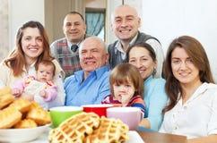 Portret van grote drie generatiesfamilie stock foto's