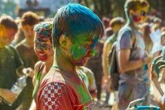 Portret van gue met gezicht dat met gekleurd poeder wordt gesmeerd Royalty-vrije Stock Foto
