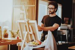 Portret van Guy Painting op Schildersezelstilleven royalty-vrije stock fotografie