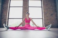 Portret van haar zij aardige aantrekkelijke aanbiddelijke charmante sportieve dunne geconcentreerde dame die roze kleren hoogste  stock afbeeldingen