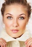Portret van hartelijke mooie jonge vrouw in gebreid jasje Royalty-vrije Stock Afbeeldingen