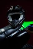 Portret van helm die op motorfiets legt Stock Afbeeldingen