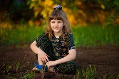 Portret van het aanbiddelijke het glimlachen meisje lopen in park stock fotografie