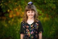 Portret van het aanbiddelijke het glimlachen meisje lopen in park royalty-vrije stock fotografie