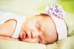 Portret van het aanbiddelijke meisje van de 1 week oude baby Royalty-vrije Stock Fotografie
