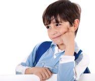 Portret van het aanbiddelijke schooljongen denken Stock Afbeelding