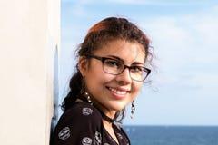 Portret van het aantrekkelijke en jonge vrouw glimlachen royalty-vrije stock foto's