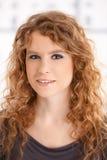 Portret van het aantrekkelijke jonge vrouwelijke glimlachen Stock Foto's