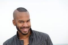 Portret van het aantrekkelijke jonge zwarte mens glimlachen Stock Foto