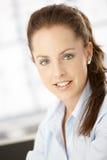 Portret van het aantrekkelijke vrouw glimlachen Stock Afbeeldingen