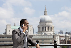 Portret van het Afrikaanse Amerikaanse zakenman spreken op Celtelefoon in Londen Royalty-vrije Stock Foto's