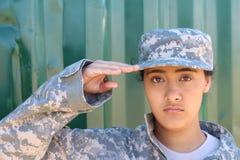 Portret van het Amerikaanse vrouwelijke militair groeten royalty-vrije stock fotografie