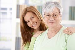 Portret van het bejaarde moeder en dochter glimlachen royalty-vrije stock afbeelding