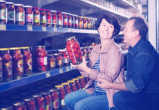 Portret van het bejaarde paar kopen gezouten tomaten bij gr. Royalty-vrije Stock Afbeelding