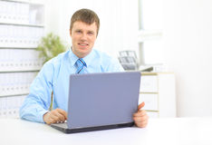 Portret van het bezige manager typen Stock Afbeelding