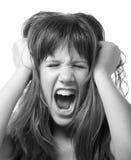 Portret van het boze bedorven tiener gillen geïsoleerd op whi Stock Afbeelding