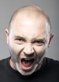 Portret van het boze mens sreaming geïsoleerd op grijs Royalty-vrije Stock Afbeeldingen
